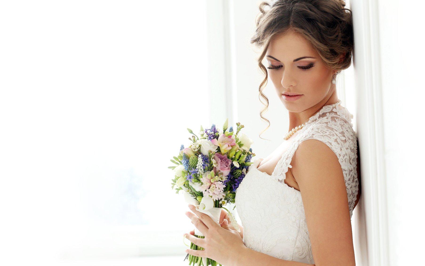 Panna Mloda w sukni ślubnej